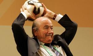 In dieser Pose wurde der alte Mann im Büro des FIFA-Präsidenten angetroffen. Noch wird über seine Identität gerätselt.